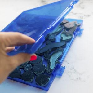 caja-para-sellos-artesanales-azul-materiales-carvado-sellos-ana-sola