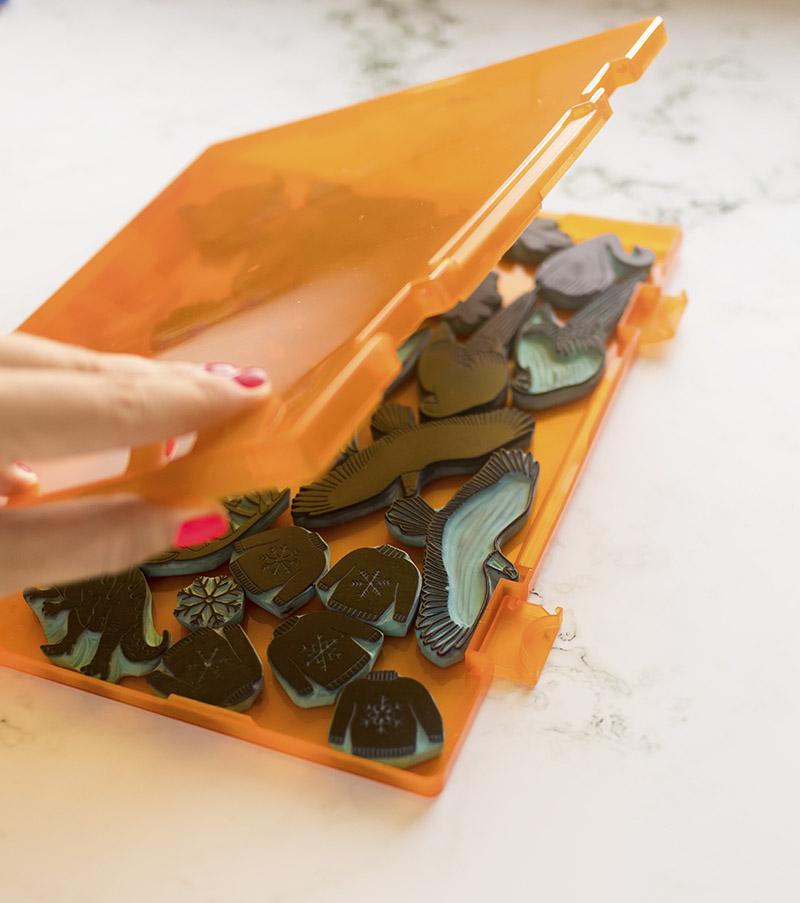 caja-para-sellos-artesanales-naranja-materiales-carvado-sellos-ana-sola