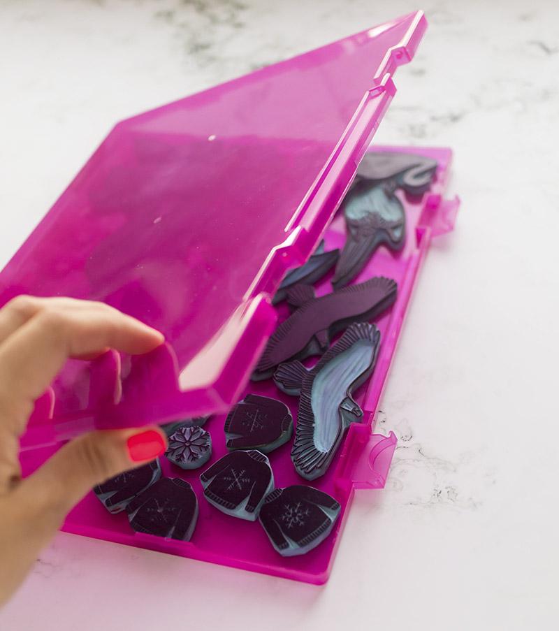 caja-para-sellos-artesanales-rosa-materiales-carvado-sellos-ana-sola