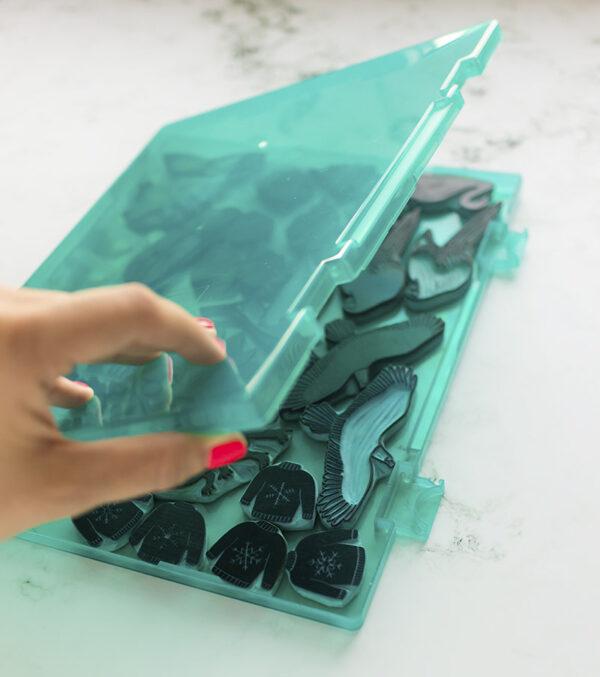 caja-para-sellos-artesanales-verde-materiales-carvado-sellos-ana-sola