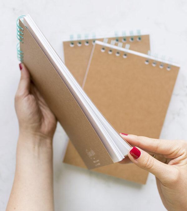 libreta-kraft-A5-hojas-blancas-materiales-carvado-sellos-ana-sola
