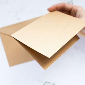 postales-dobles-y-sobres-kraft-10,5x15,7-materiales-carvado-sellos-ana-sola