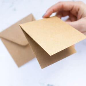 postales-dobles-y-sobres-kraft-9x9-materiales-carvado-sellos-ana-sola